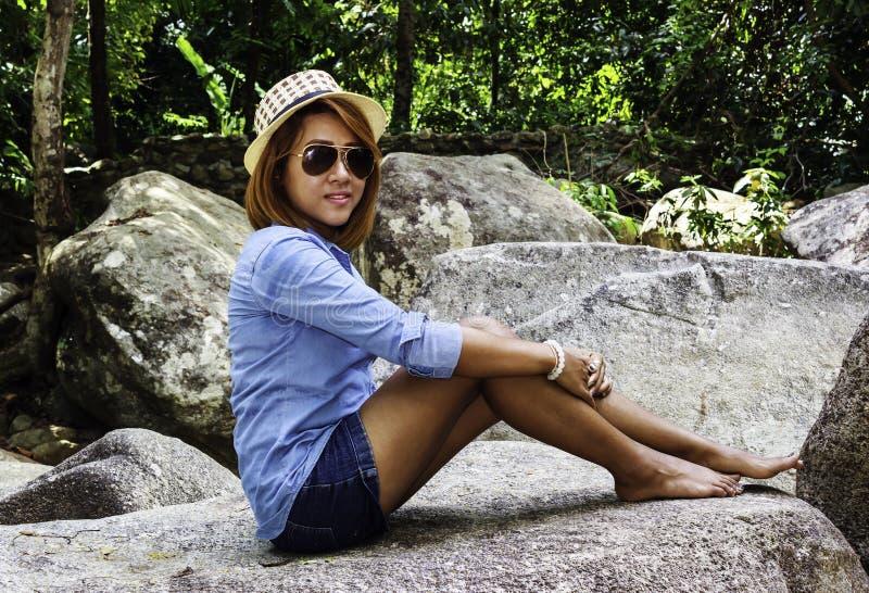 Женщина Таиланда азиатская сидит на утесе стоковые фотографии rf