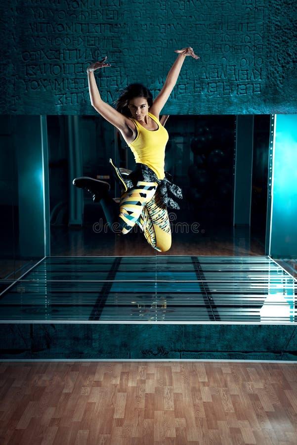 Женщина танца Zumba скача стоковая фотография