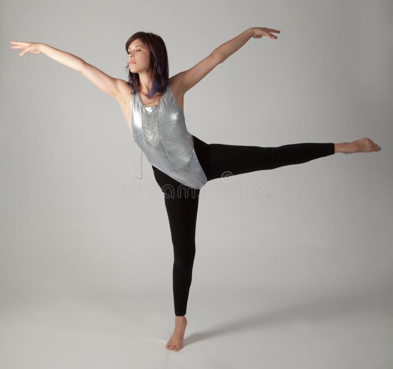 Женщина танцев в трико и гетры стоковая фотография