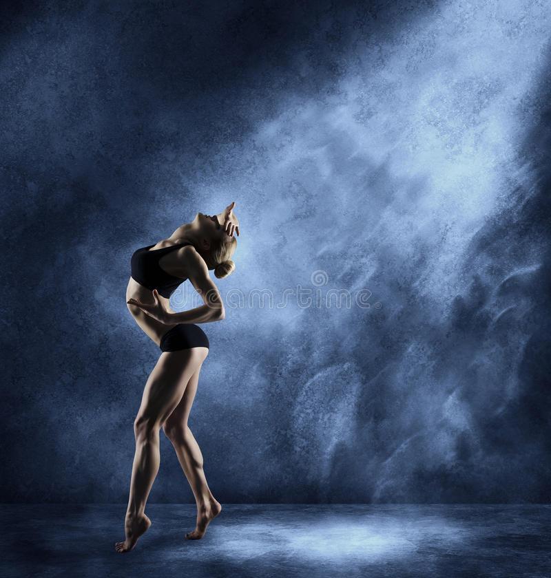 Женщина танцев, сексуальная девушка представляя в выразительном танце спорта стоковое изображение rf