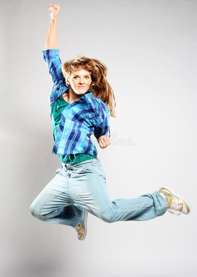Женщина танцора представляя на предпосылке студии стоковое изображение rf