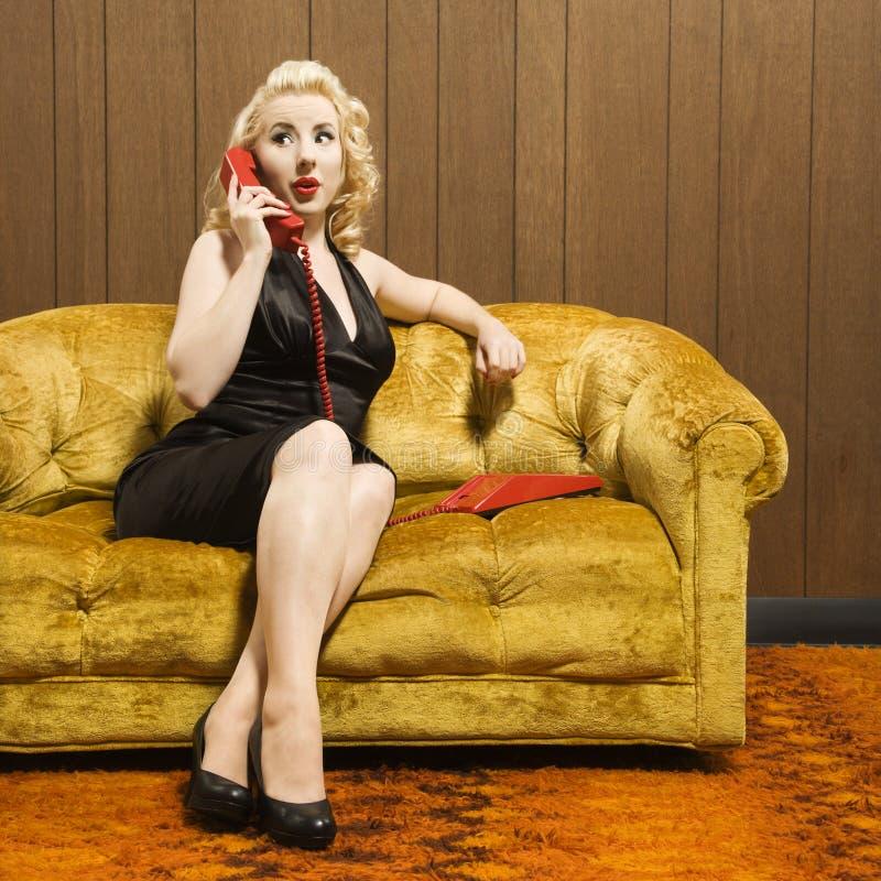 женщина телефона красная говоря стоковое изображение