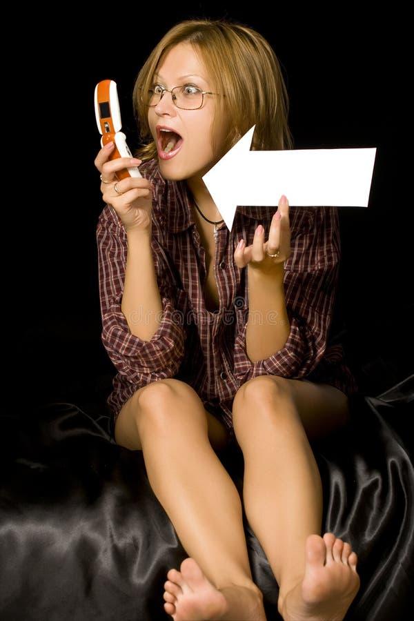женщина телефона удерживания стрелки стоковая фотография