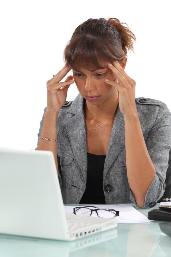 Женщина терпя от головной боли стоковое изображение rf