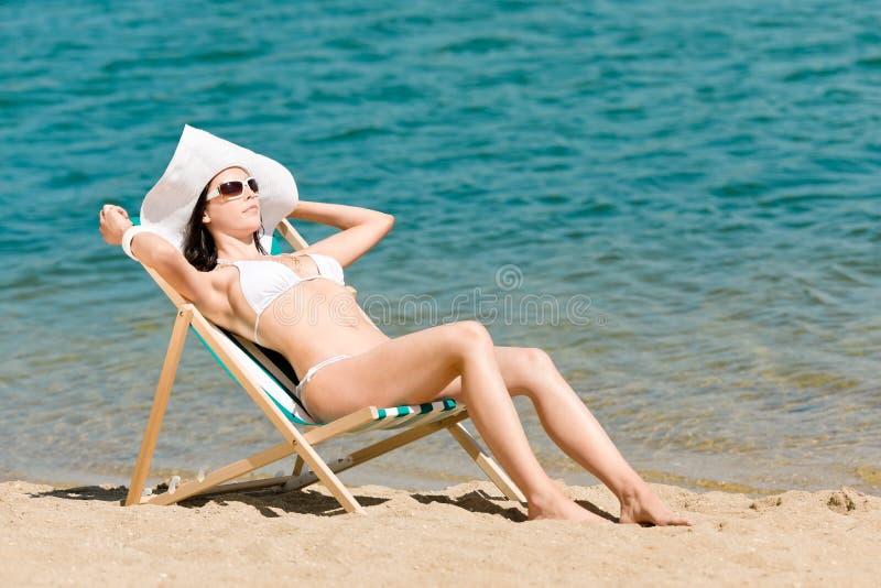 женщина тонкого лета deckchair бикини sunbathing стоковое изображение rf