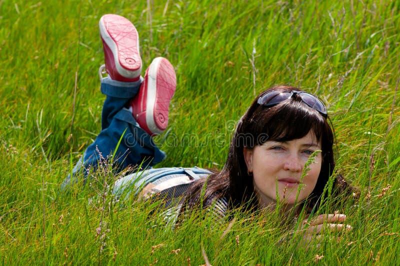 женщина травы лежа стоковое изображение rf