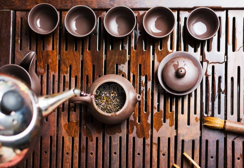 Женщина традиционно подготавливая китайский чай в церемонии чая стоковые фотографии rf