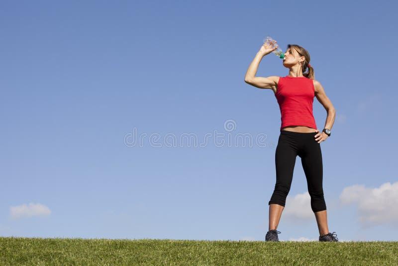 женщина тренировки освежая стоковое изображение rf
