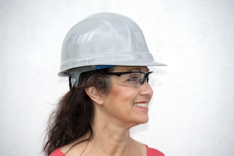 Женщина трудной шляпы профессиональная более старая стоковое изображение rf