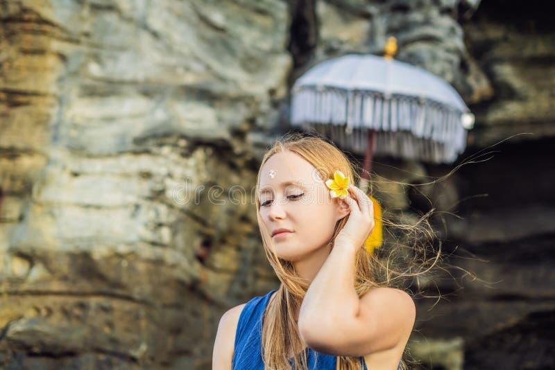 Женщина турист в Бали Ритуал омовения с святым wat стоковое изображение rf