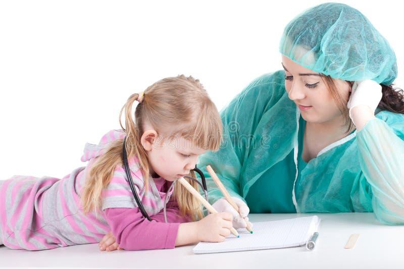 женщина тучной девушки экзамена доктора маленькая стоковое фото rf