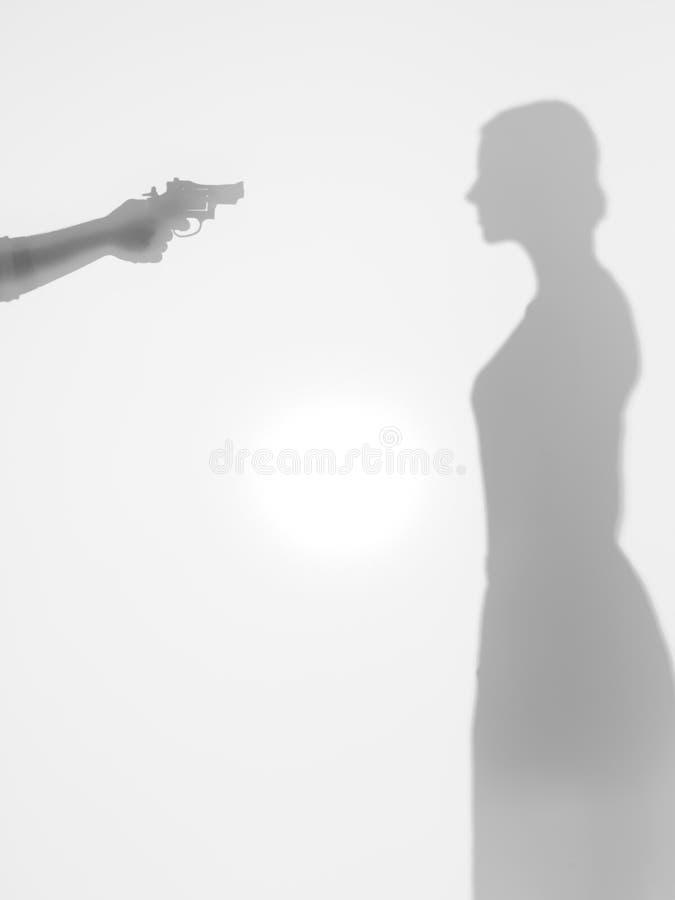 Женщина угрожаемая с пушкой, силуэт стоковые фото