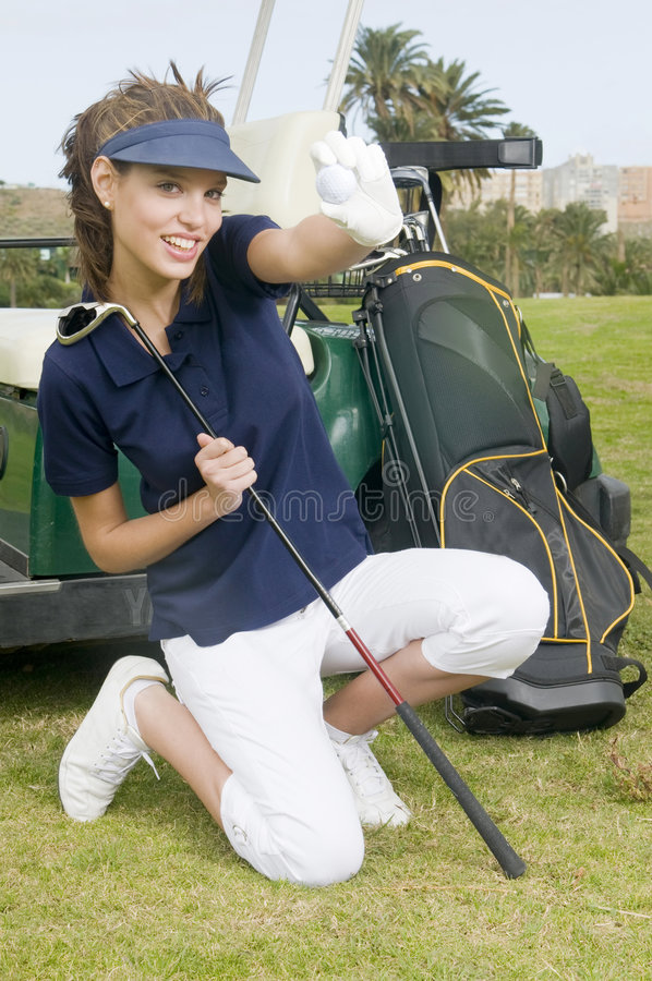 женщина удерживания игрока в гольф гольфа шарика стоковая фотография
