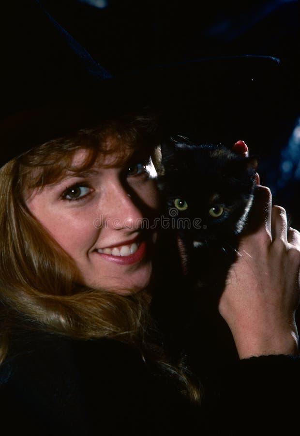 женщина удерживания кота стоковые изображения rf