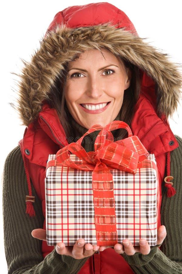 женщина удерживания подарка стоковое фото