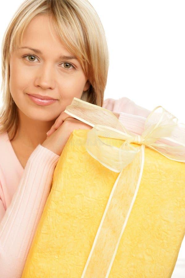женщина удерживания подарка стоковые фото