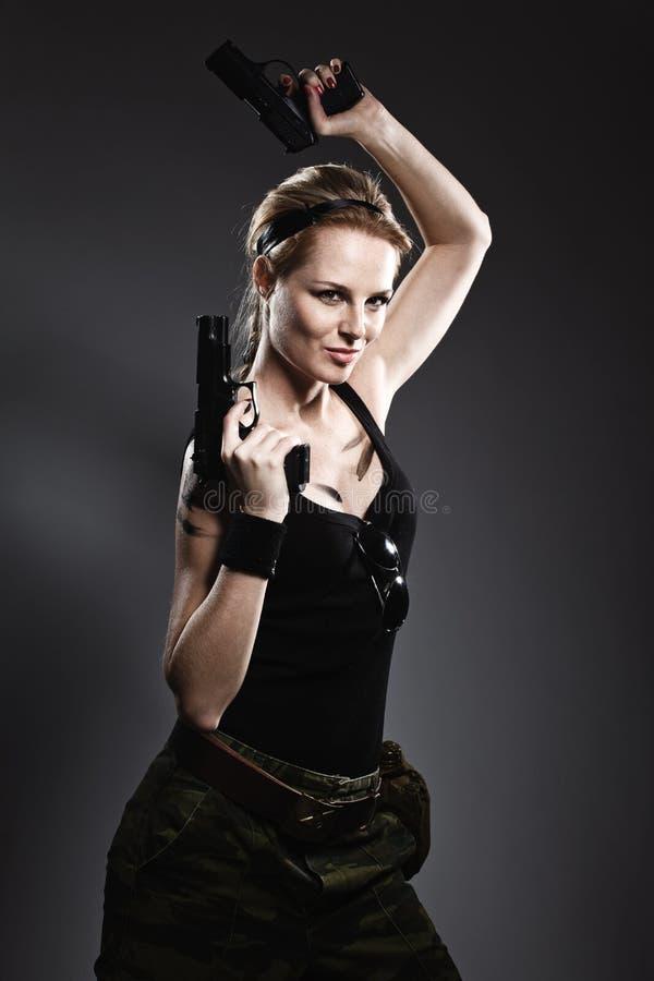 женщина удерживания пушки стоковое фото rf