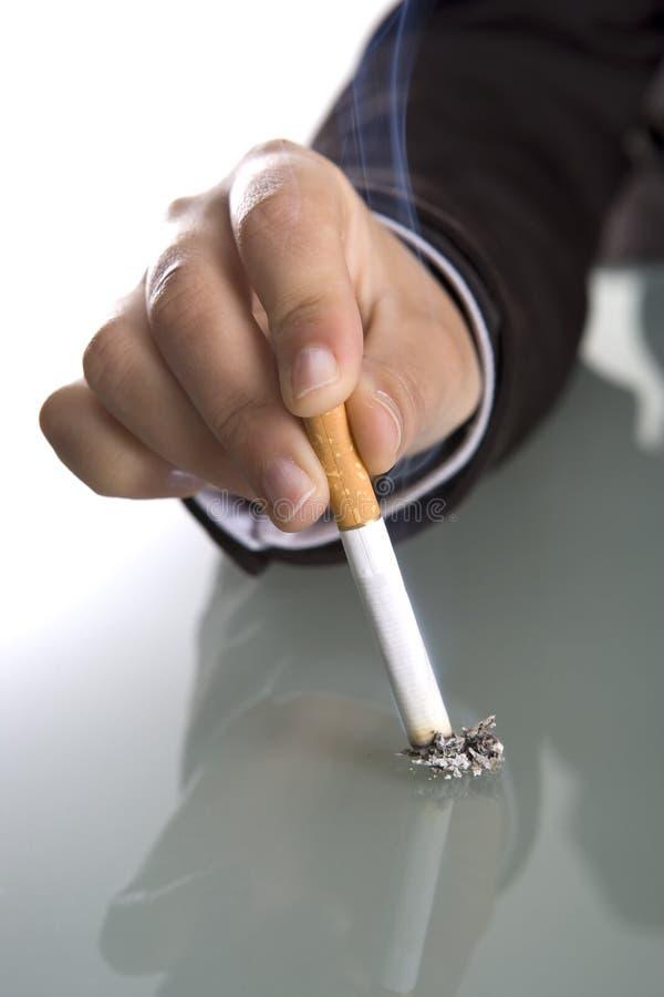 женщина удерживания руки сигареты стоковое изображение