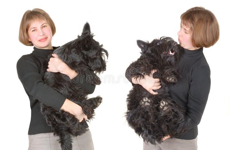 женщина удерживания собаки стоковое фото rf