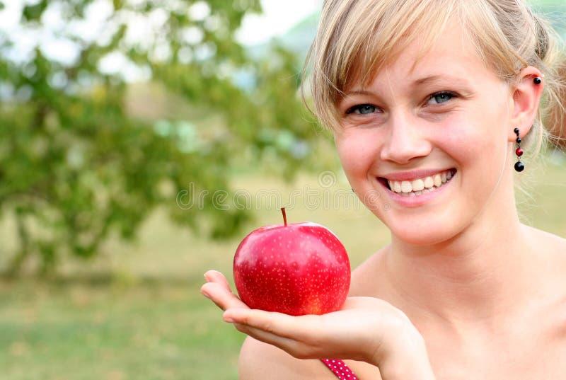 женщина удерживания яблока стоковое фото rf