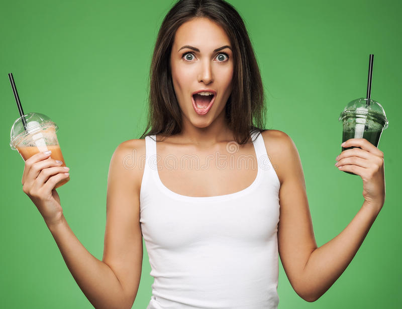 Женщина удивленная детенышами держа smoothie стоковые фотографии rf