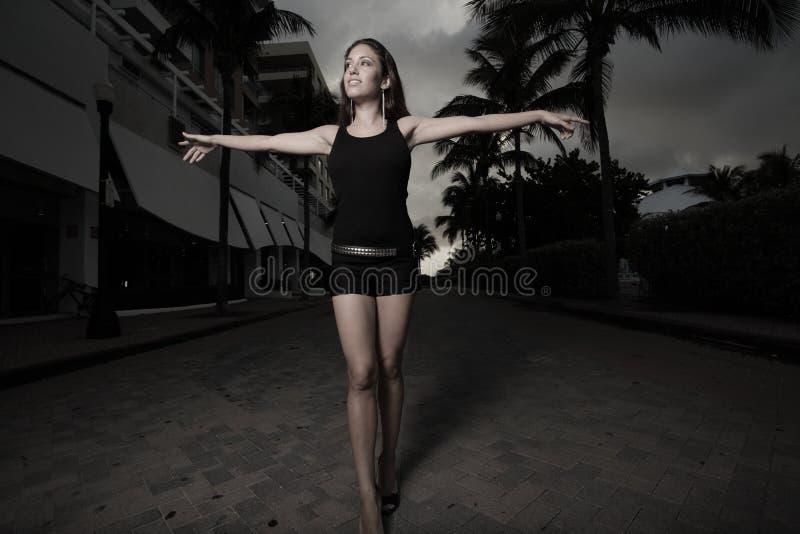 женщина удлиненная рукоятками гуляя стоковое фото