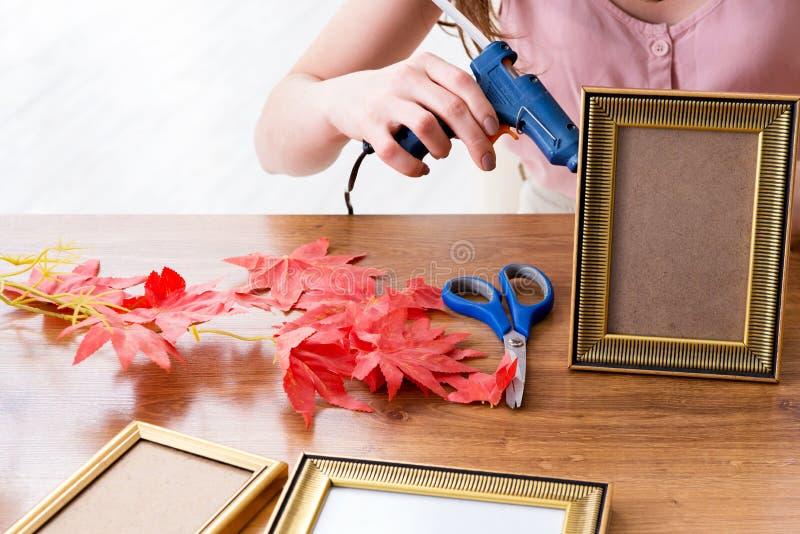 Женщина украшая картинную рамку в scrapbooking концепции стоковое фото