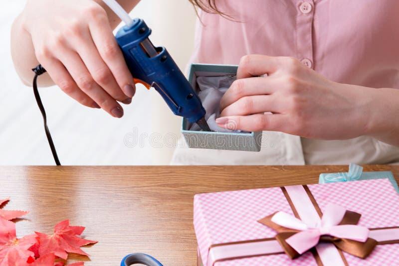 Женщина украшая подарочную коробку для специального случая стоковые изображения rf
