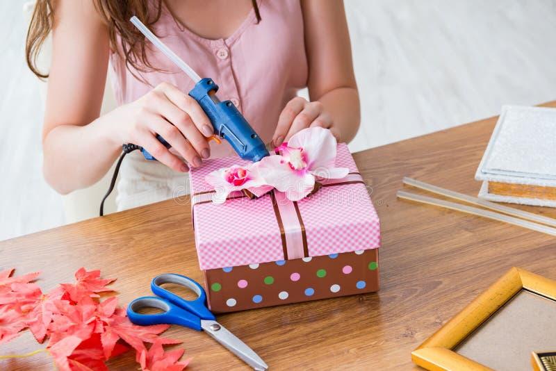Женщина украшая подарочную коробку для специального случая стоковое изображение