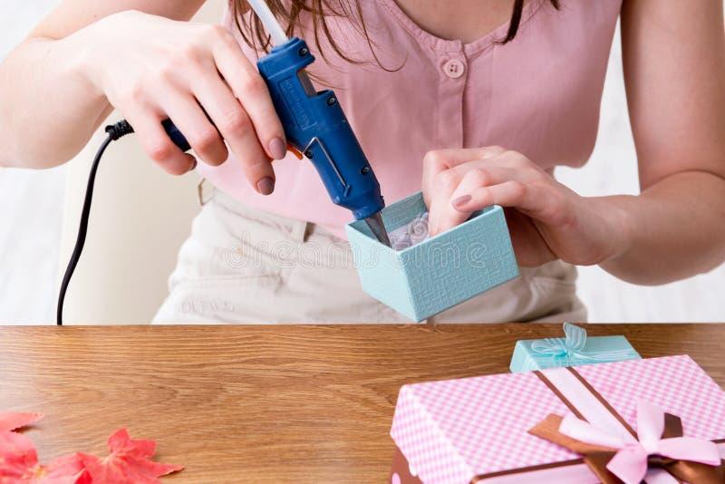 Женщина украшая подарочную коробку для специального случая стоковое фото rf