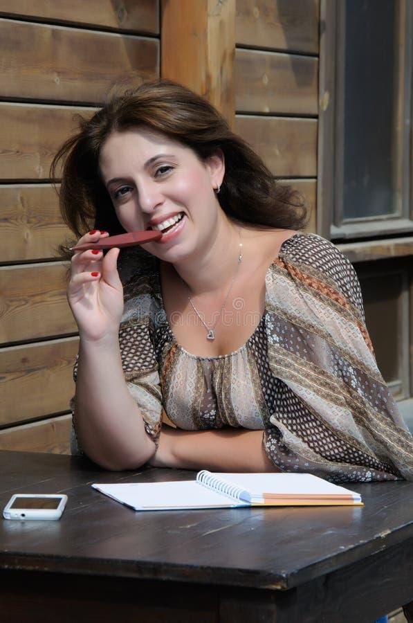 Женщина думая на столе стоковые фотографии rf
