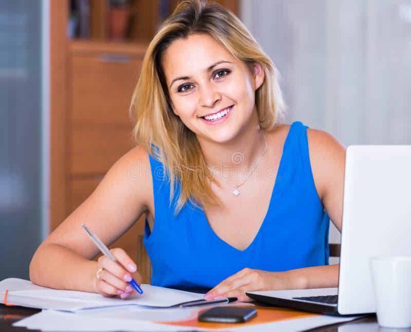 Женщина думая проекта и усмехаться дела стоковые изображения