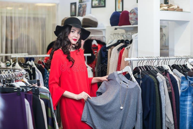 Женщина думая что одеть, ходящ по магазинам стоковые фотографии rf
