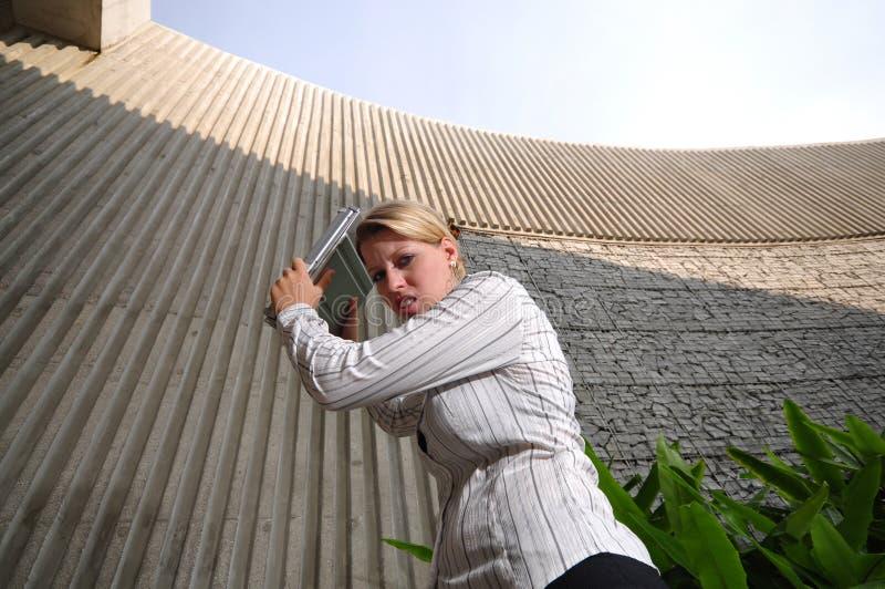 женщина управляющего корпорации ее ломать компьтер-книжки стоковые фото