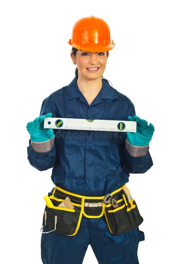 женщина уровня удерживания строителя пузыря счастливая стоковая фотография