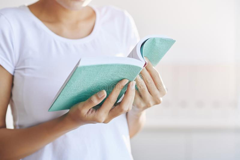 Женщина урожая держа книгу в руке стоковые фото