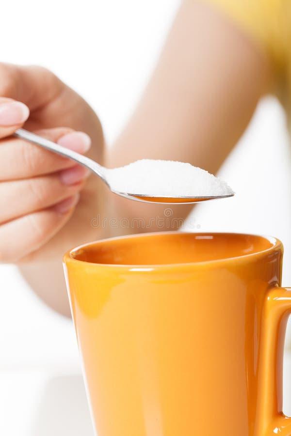 Женщина услащая чай стоковые фотографии rf