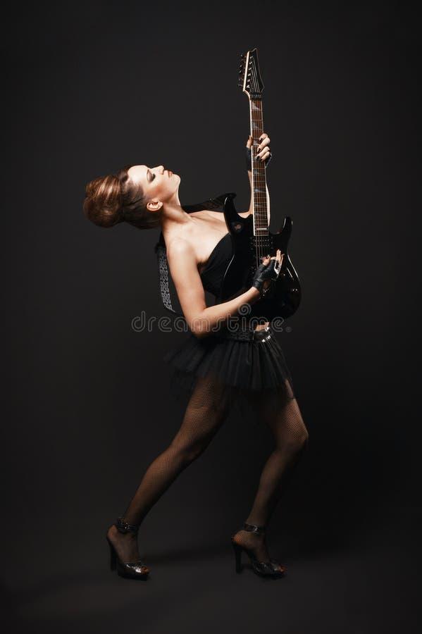 Женщина утеса с гитарой. стоковые фотографии rf