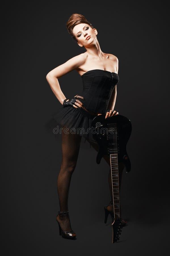 Женщина утеса с гитарой. стоковое изображение