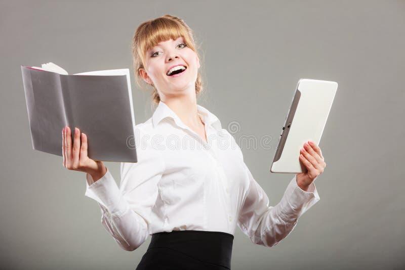 Женщина уча с ebook и книгой Образование стоковые изображения