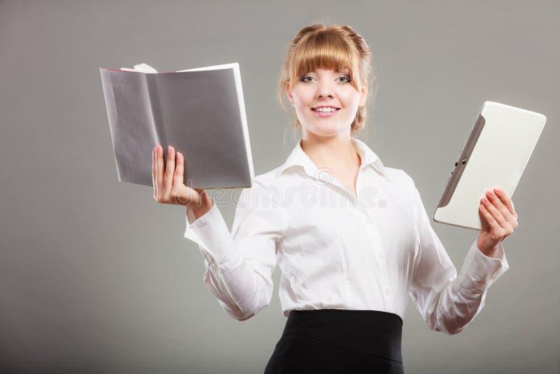 Женщина уча с ebook и книгой Образование стоковые фотографии rf