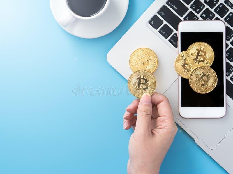 Женщина учитывающ концепция денег изолируется на столе чистого голубого офиса работая с bitcoin и кофейной чашкой, дизайном места стоковое фото rf