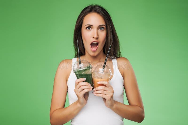 Женщина удивленная детенышами держа smoothie стоковое фото