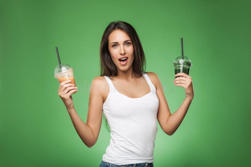 Женщина удивленная детенышами держа smoothie стоковая фотография rf