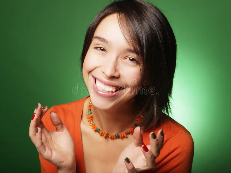 Женщина удивленная детенышами над зеленой предпосылкой стоковые изображения rf