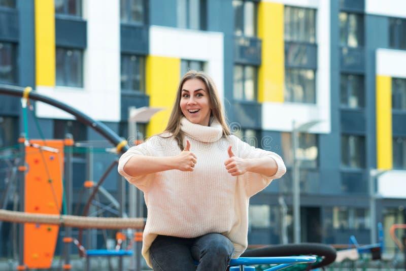 Женщина, у которой большой палец в шоу стоковые фотографии rf