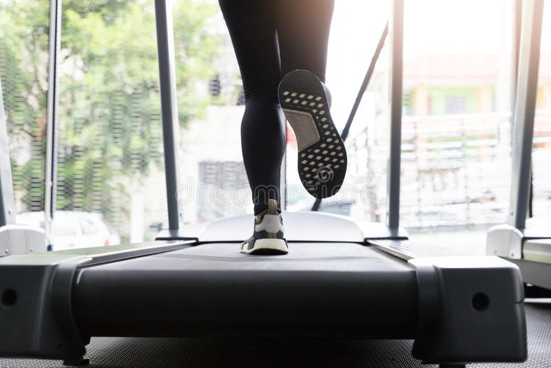 Женщина фитнеса бежать на идущей машине на спортзале, сале горя Cardio стоковые изображения rf