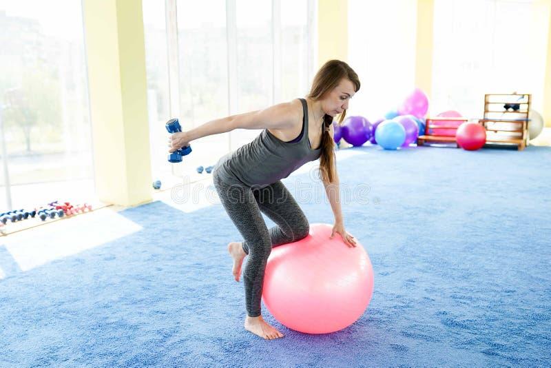 Женщина фитнеса зрелая разрабатывая с гантелями o стоковые изображения rf