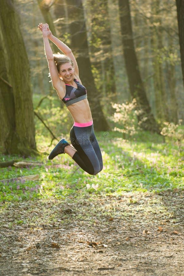 Женщина фитнеса, молодая красивая sportive девушка подготавливая побежать стоковые изображения rf