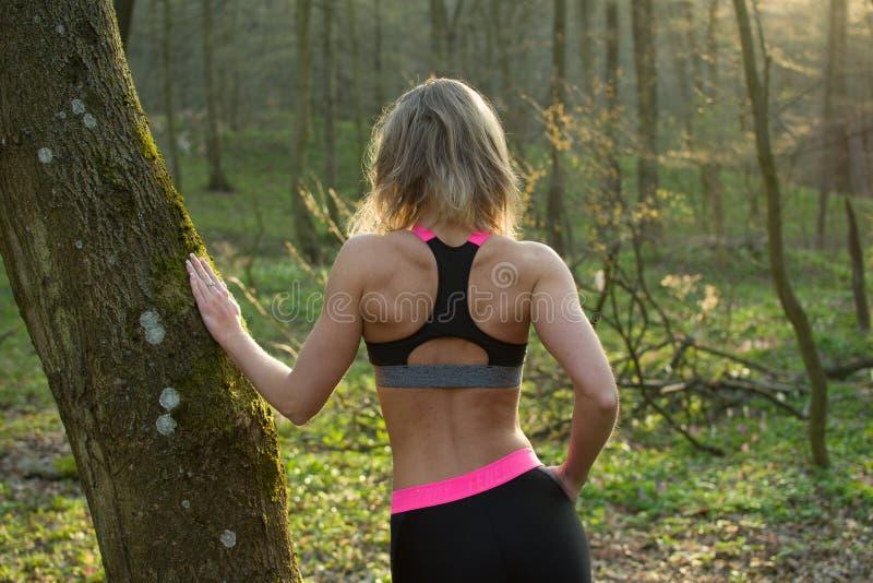 Женщина фитнеса, молодая красивая sportive девушка подготавливая побежать стоковые изображения